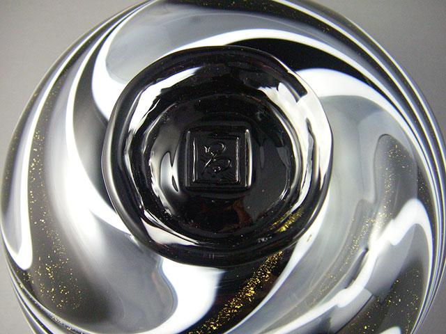 黒ガラスのツヤが文様を引き立てる茶碗